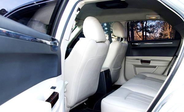 Chrysler 300C черно-белый заказать
