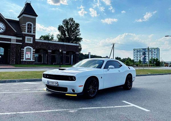 Dodge Challenger 6.4 белый арендовать спорткар с водителем без водителя