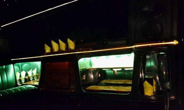 Limuzin-Lincoln-Town-Car черный лимузин