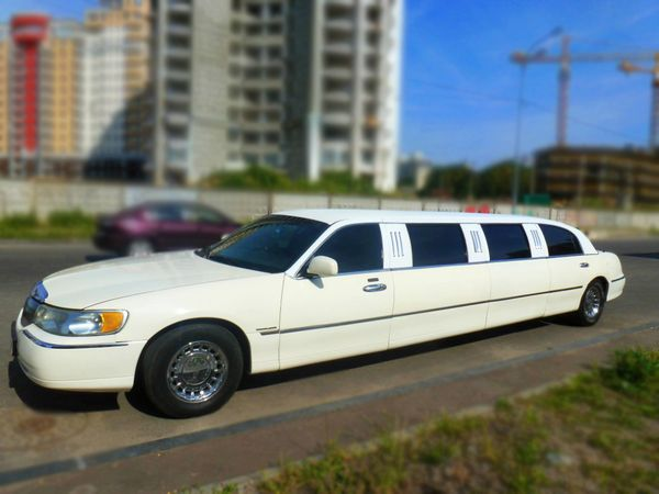 Lincoln Town Car 120 white