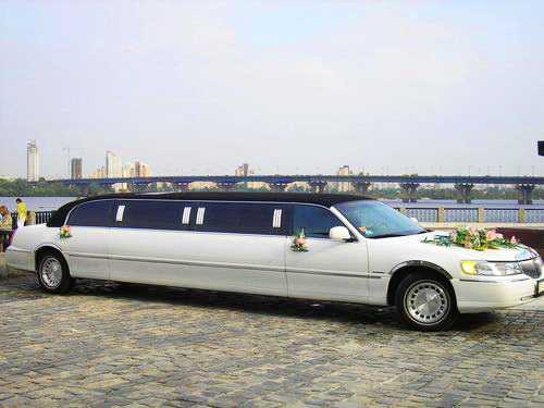 Lincoln Town Car 120 white and black
