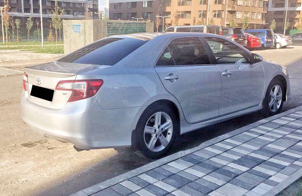 Toyota Camry V50 серебриста прокат аренда