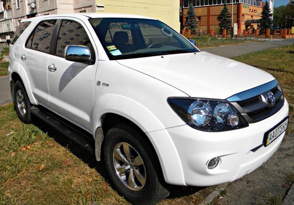 Toyota Fortuner белый джип
