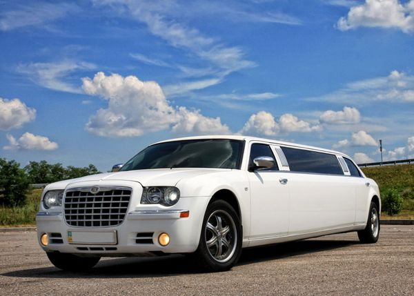 Chrysler 300C белый лимузин