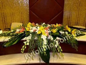 Украшение свадебного стола молодых цветами, композиция на стол молодоженов