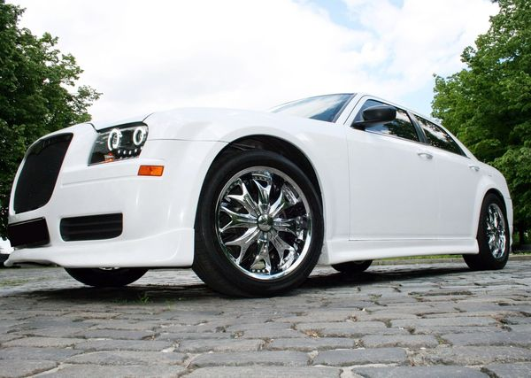 Chrysler 300C белый тюнинг «Stormtech»